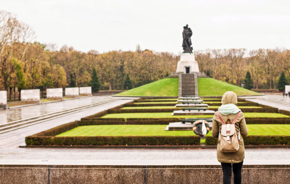 tourist-at-treptower-park-berlin-shutterstock_194824196-2-585x371