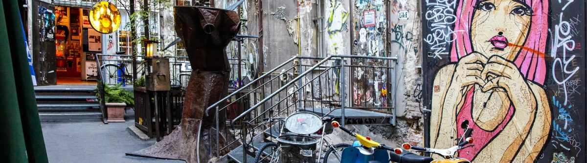 typical-grunge-art-court-in-berlin-shutterstock_118760119-editorial-only-andersphoto-2