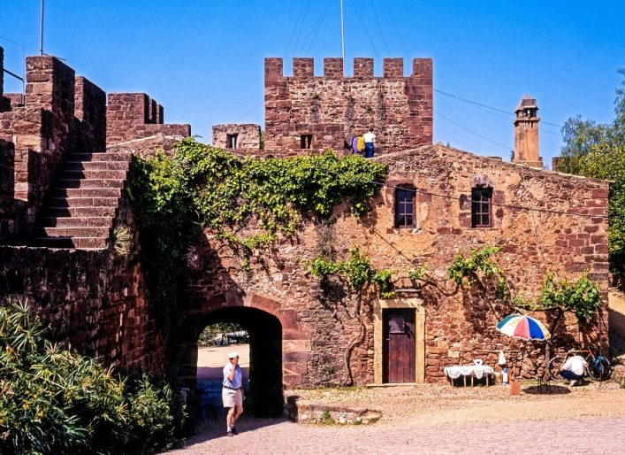schloss-von-silves-courtyard-istock_000075427169_large-editorial-only-caronb-2-1