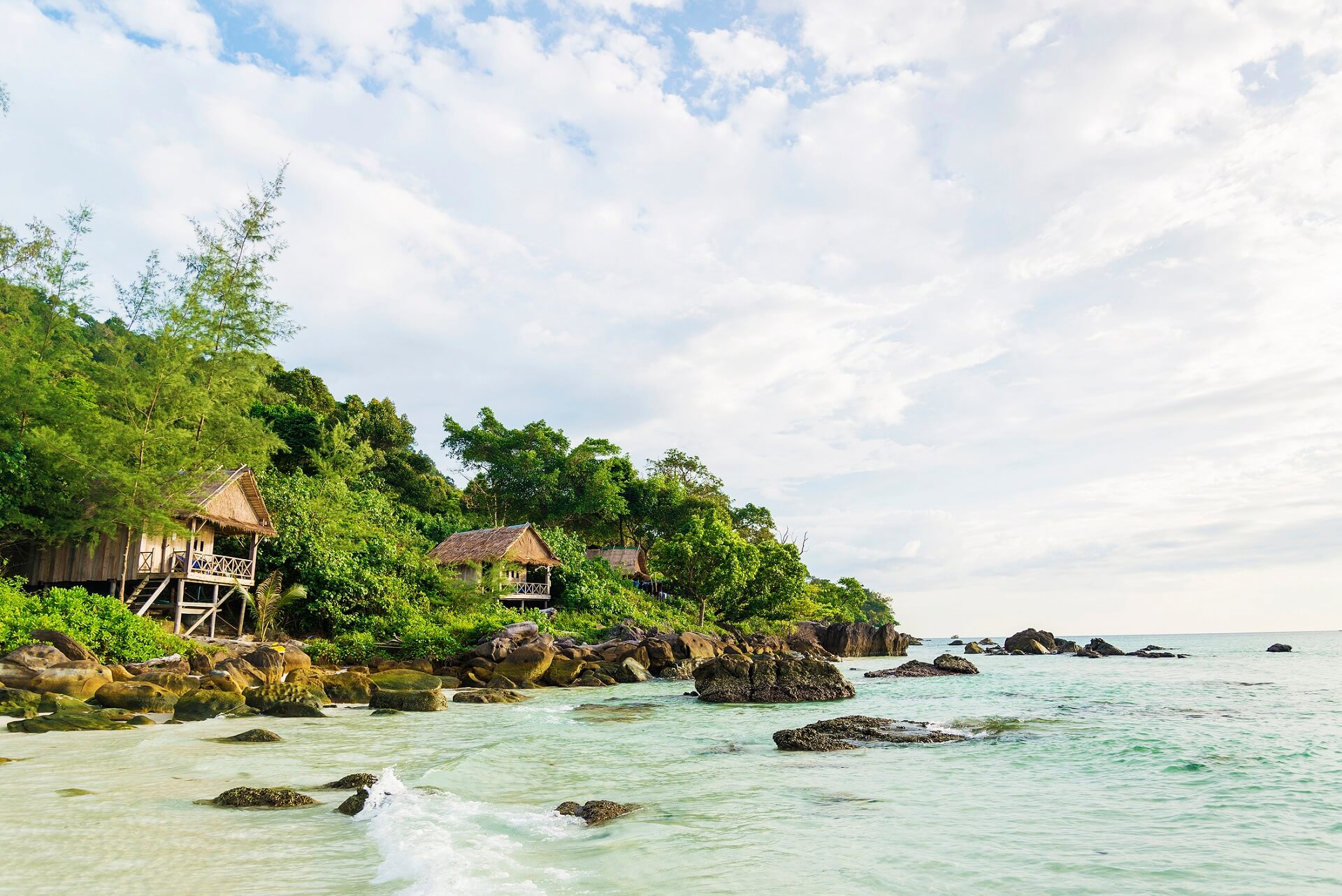 Holzbungalows am Strand von Koh Rong in Kambodscha