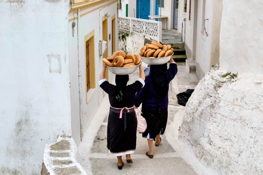shutterstock_680890168_Greece-In-Olympos-on-Karpathos-Island-just-cooking-bread-for-Easter-in-a-traditional-community-oven_klein
