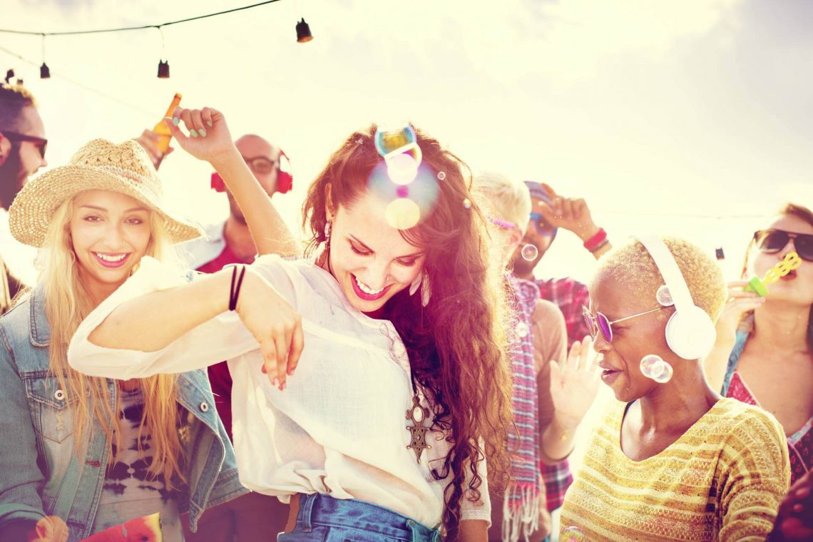 shutterstock_287226812_Teenagers-Friends-Beach-Party-Happiness-Concept_klein_tiny