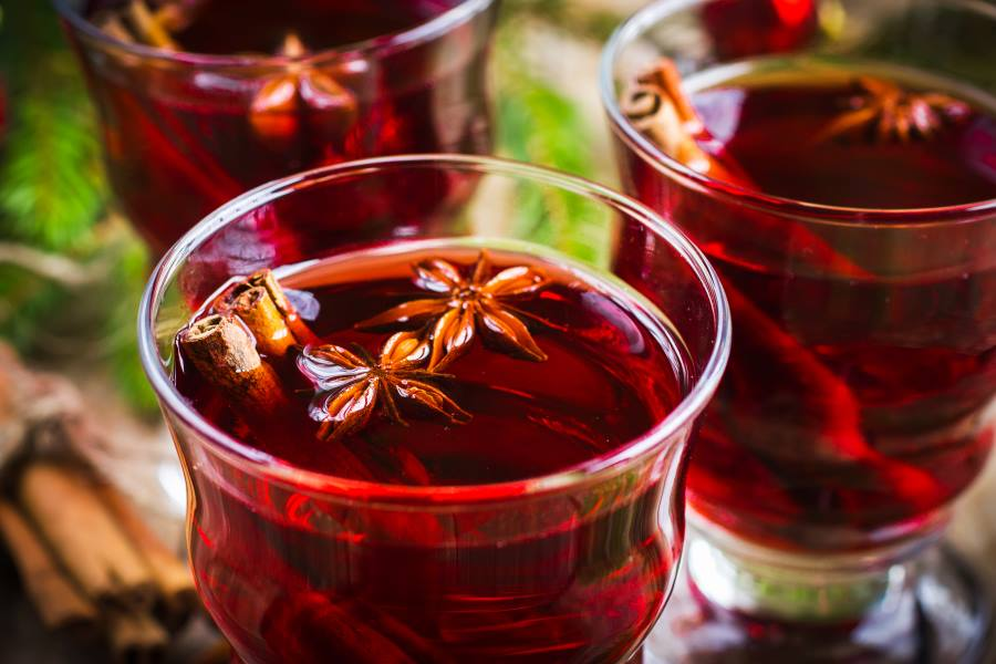 shutterstock_223759777_Mulled-wine-with-cinnamon-and-anise-selective-focus_900x600