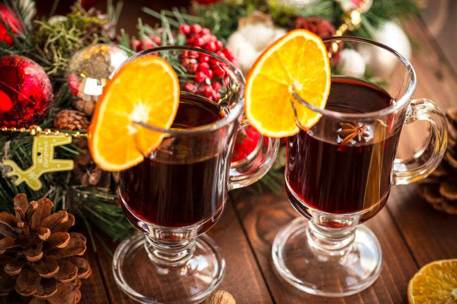 shutterstock_335478266_Christmas-hot-mulled-wine-with-spices-on-a-wooden-table.-The-idea-for-creating-greeting-cards_900x600