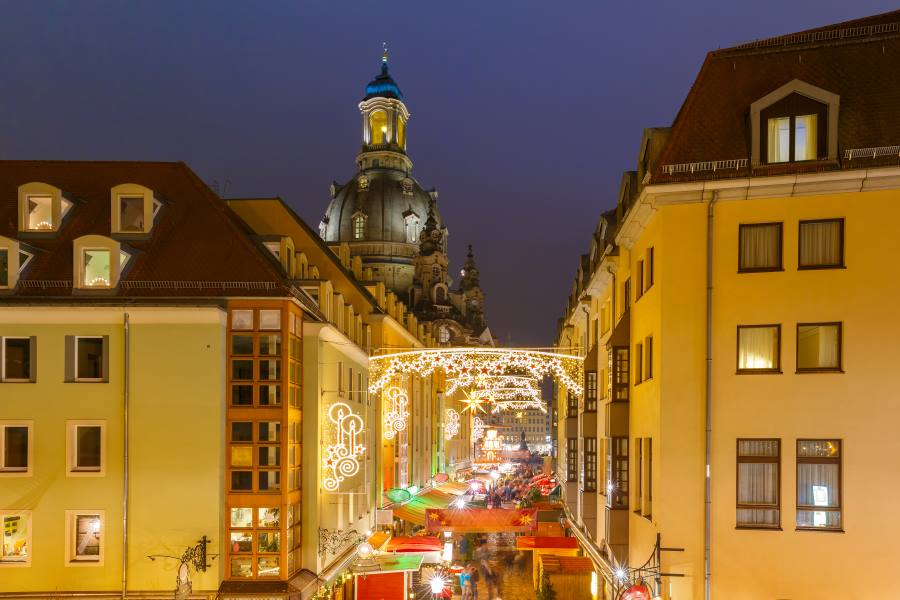 shutterstock_516810826_Lutheran-church-of-Our-Lady-aka-Frauenkirche-with-decorated-and-illuminated-Christmas-street-at-night-in-Dresden-Saxony-Germany_900x600