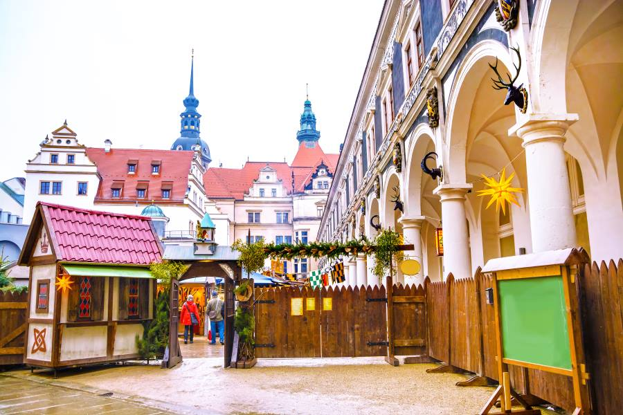 shutterstock_713291110_Gateway-to-the-Christmas-Market-stylized-under-the-Middle-Ages-in-Stallhof-courtyard-of-castle-Dresden-Castle-or-Royal-Palace-Dresden-Germany_900x600