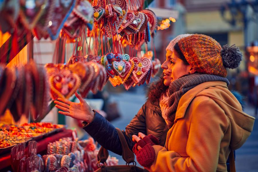 shutterstock_745087123_Friends-Buying-Candies-On-Christmas-Market_900x600