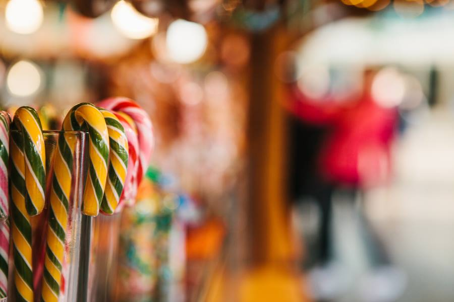 shutterstock_758953681_Traditional-sweets-in-the-Christmas-market-in-Germany.-Celebrating-Christmas-in-Europe_900x600