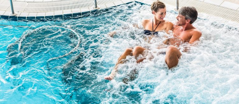 Couple-in-thermal-wellness-spa-on-water-massage-enjoying-the-treatment-shutterstock_307058501-2-Kopie