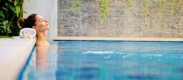 Wellness-Frau-Pool-shutterstock_613561184