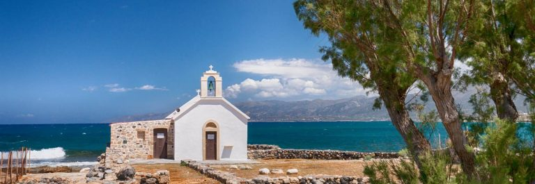 Chersonissos_Kreta_Small-church-by-the-sea-in-Chersonissos-on-the-island-of-Crete_shutterstock_1068569132_1920px