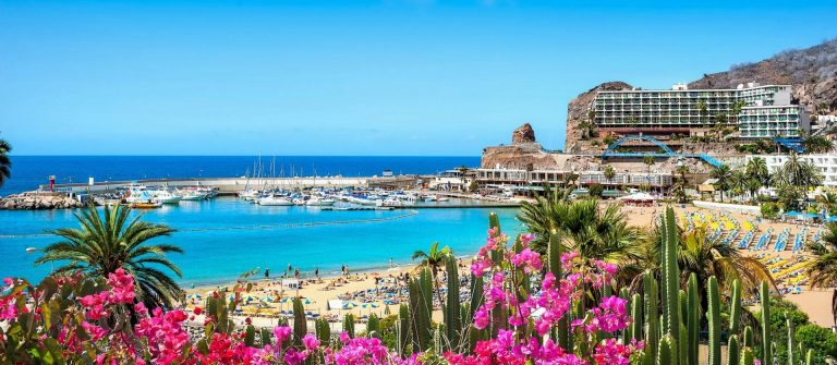 Puerto-Ricos-beach-Grand-Canary-Spain-iStock_50589612_1920x1280