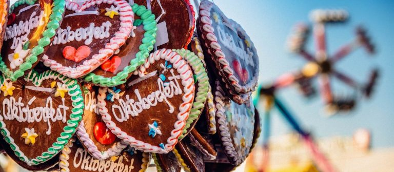 typical-souvenir-at-the-oktoberfest-in-munich-a-gingerbread-heart-lebkuchenherz-shutterstock_290839331-2a-tiny