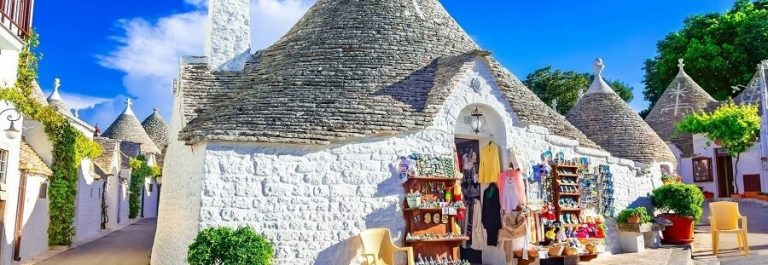 Alberopello-in-Puglia-mit-Trulli-shutterstock_1108607918